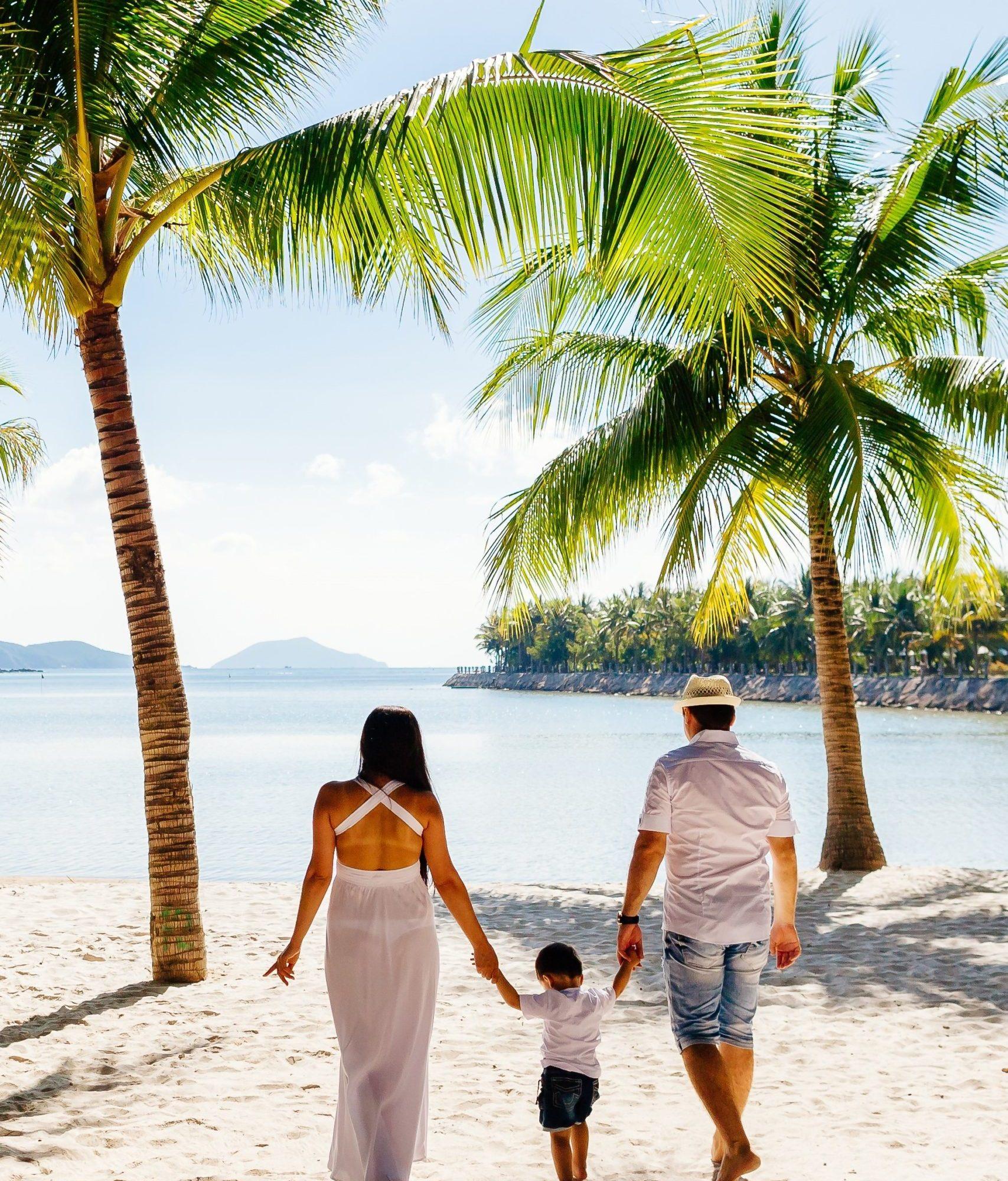 family-vacation-beach-DMWZ58X